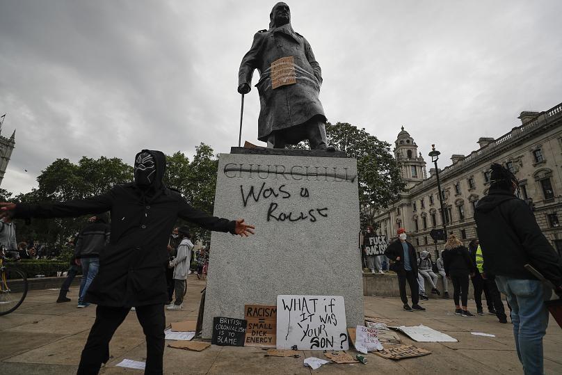 مجسمه ها و اسامی خیابان های لندن بازنگری می گردد، وقتی زیر مجسمه چرچیل نوشته شد نژاد پرست