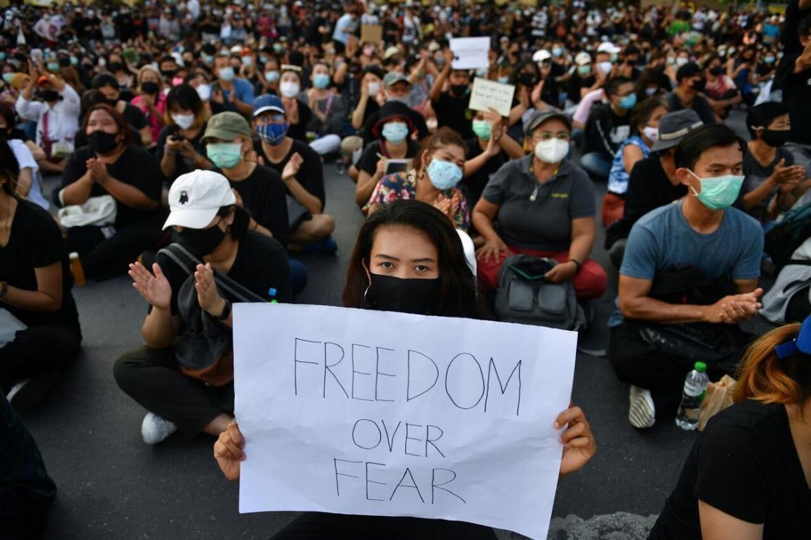 درخواست هزاران تایلندی برای استعفای دولت