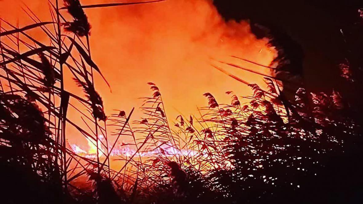 اطفای حریق 18 هکتار از نیزارهای تالاب کانی برازان مهاباد