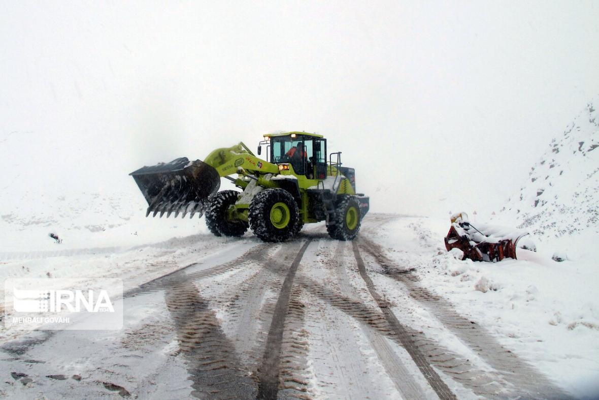 خبرنگاران بارش برف در گردنه های کوهین و الموت شروع شد