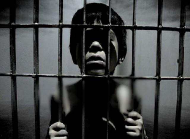 نجات پسر 4 ساله ای که ماه ها در قفس چوبی نگهداری می شد