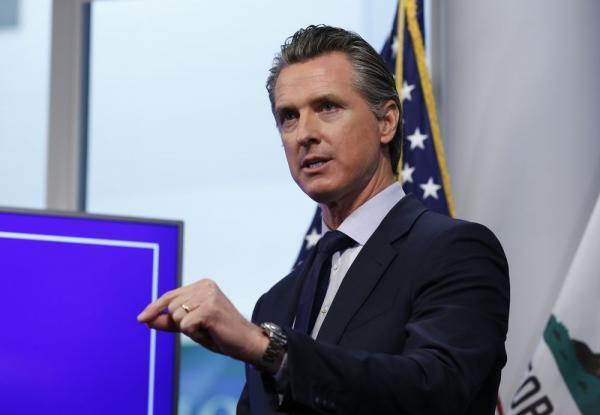 خبرنگاران جمع آوری 1.2 میلیون امضا برای برکناری فرماندار کالیفرنیا