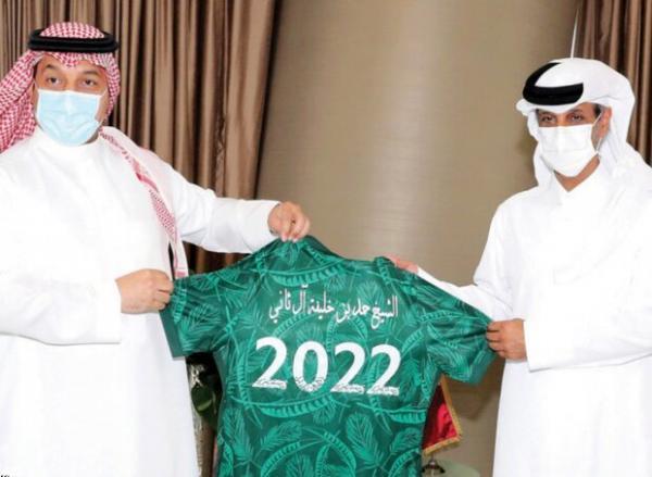 اهدای پیراهنی با شماره 2022 به رئیس فدراسیون فوتبال عربستان